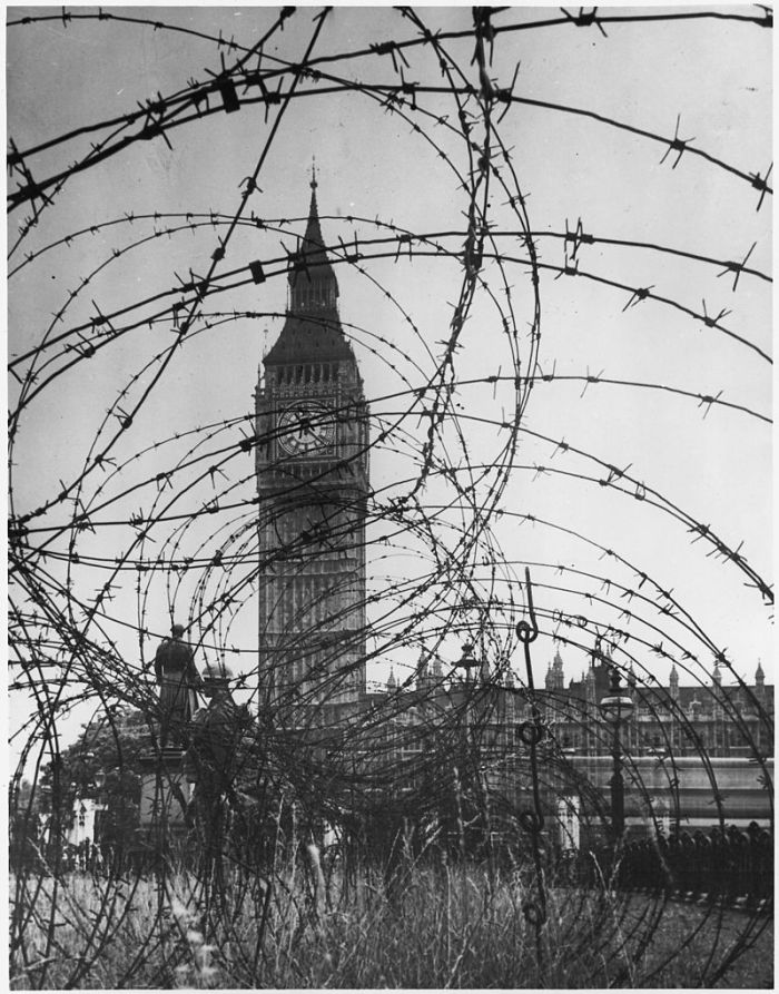 800px-WWII,_Europe,_London,_England,__Big_Ben_with_barbed_wire_entanglement__-_NARA_-_195565